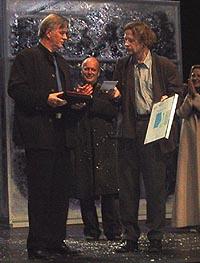 Åsmund Feidje mottar prisen på Nationaltheaterets hovedscene av TONOs Jens Magnus. (Foto: Carl Henrik Grøndahl).