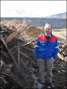 Prosjektleder Kolbjørn Dønåsen sier det fortsatt er gammel plankverk som folk kan hente ved Osbudammen. Foto: Gunnar Sandvik
