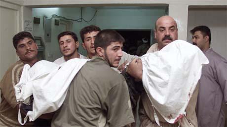 En av de drepte etter det amerikanske flyangrepet bæres bort av sine landsmenn. (Foto: Reuters/Scanpix)