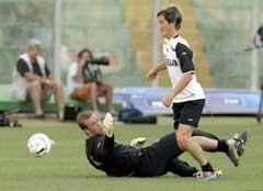 Morten Gamst Pedersen passerer Thomas Myhre under treningen i Palermo torsdag. (Foto: Erlend Aas / SCANPIX)