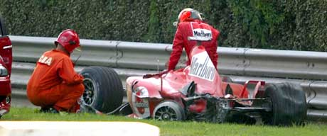 Michael Schumacher klatrer ut av bilen etter kollisjonen. (Foto: AP/Scanpix)
