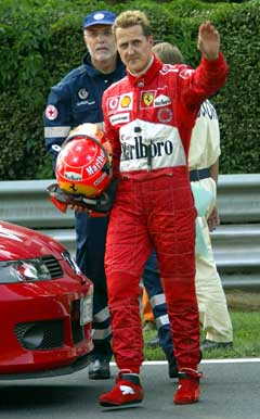 Michael Schumacher vinker til fotografene etter kollisjonen. (Foto: AP/Scanpix)