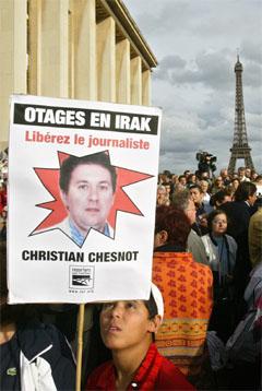 Gisseltakingen har vakt sterke protester over hele Frankrike. (Foto: AP/Scanpix)