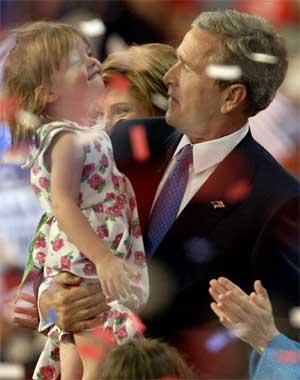 Bush holder opp visepresident Dick Cheneys barnebarn Grace Perry etter talen. (Foto: Scanpix / Reuters / Mike Segar)