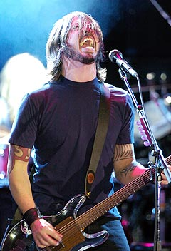 Dave Grohl fra Foo Fighters synger ut mot George W. Bush. Foto: AP Photo / Mark J. Terrill.