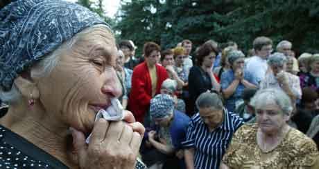 Pårørende av gislene samlet utenfor skolen. Foto: Sergey Ponomarev, AP