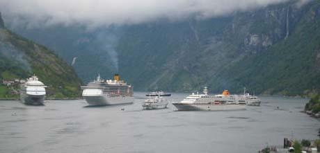 M/S Arion og M/S Funchal er de minste skipene i midten. Her er de på vei ut Geirangerfjorden i sommer.