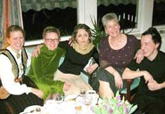 Anne skal ordineres til prest og gjengen samles på Hamar for å feire ordinasjonen. Fra venstre: Karins datter Reidun, Anne, Kjersti, Karin og Tom.
