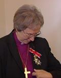 En stolt biskop og Kommandør titter på utmerkelsen.