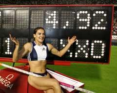 Jelena Isinbajeva viser frem sin nye verdensrekord. (Foto: Reuters/Scanpix)