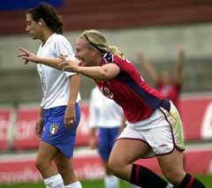 Ragnhild Gulbrandsen var Norges dominerende spiller, mens Giulia Perelli (bak) gjorde to selvmål . (Foto: Marit Hommedal/SCANPIX)