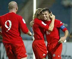 Wales-kaptein Gary Speed (t.h.) jubler etter å gjort 1-0. (Foto: AP/Scanpix)