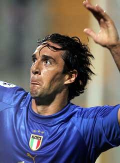 Palermos store hjemmesønn Luca Toni jubler etter vinnermålet. (Foto: AFP/Scanpix)