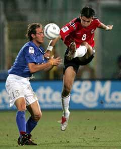 Magne Hoseth prøver ett skudd forbi Italias Aimo Diana. (Foto: AP/Scanpix)