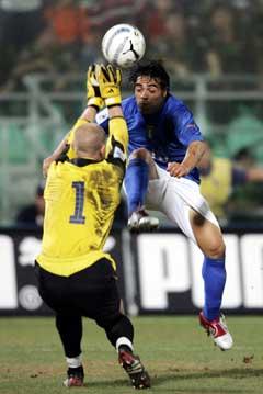 Espen Johnsen gjør en av sine mange kjemperedninger, her fra Fabrizio Miccoli. (Foto: AFP/Scanpix)