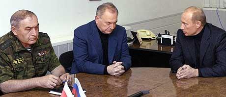 TRAKK SEG: Innenriksminister Kazbek Dzantijev (venstre) trakk seg søndag. Her i samtale med president Vladimir Putin (høyre) og Nord-Ossetias president Alexander Dzasokhov lørdag. (Foto: ITAR-TASS/Presidentens pressetjeneste)