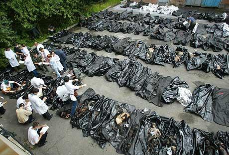 REGISTRERER DE DØDE: Identifiseringen av de omkomne etter gisseldramaet i Beslan er en omfattende jobb. Likene er brakt til Vladikavkaz for identifisering. (Foto: Sergej Ponomarev/AP)