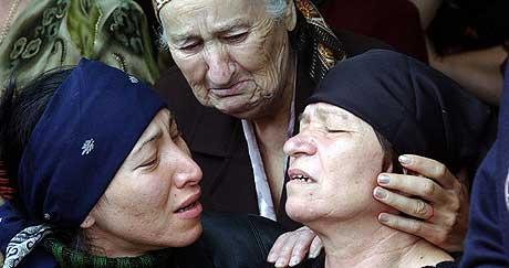 BEGRAVER SINE BARN: Ulykkelige mødre gråter for sine barn som ble drept under gisseldramaet på skolen i Beslan. Søndag ble flere av barna gravlagt. (Foto: Vladimir Suvorov/Gazeta)