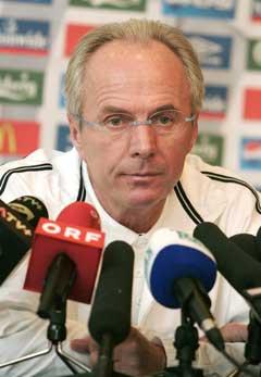 Sven-Göran Eriksson hadde mye å forklarer på pressekonferansen etter kampen. (Foto: Reuters/Scanpix)