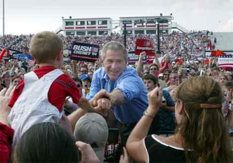 George W. Bush helsar på tilhengjarar på eit valmøte i West Virginia i går. (Foto. AP/Scanpix)