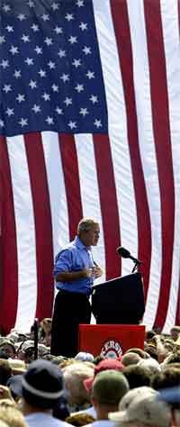 George W. Bush kom med sterk kritikk av motstanderen John Kerry på valmøtet i Parkersburg i West Virginia i går. (Foto: AP/Scanpix)
