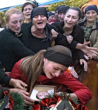 Sørgende kvinner i begravelse i byen Beslan i Nord-Ossetia.(Foto:Scanpix)
