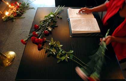 Kondolanseprotokollen som ble lagt ut på skolen i Beslan.(Foto:Scanpix)
