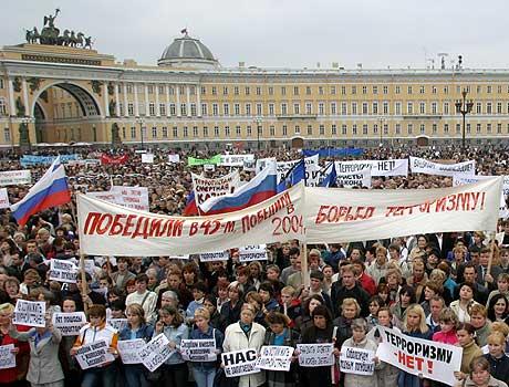 MINTES OFRENE: Tusensvis stilte mandag opp i St. Petersburg for å hedre ofrene etter gisseltragedien i Beslan i forrige uke. (Foto: Alexander Drozdov/Interpress/AFP)