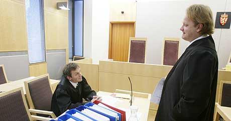 RETTSSAKEN STARTET: Her er statsadvokat Petter Mandt (tv) i samtale med forsvarsadvokat Rene Ibsen i retten mandag. (Foto: Terje Bendiksby/Scanpix)