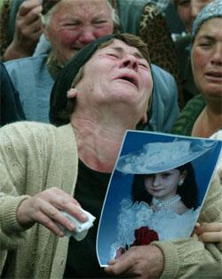 Etterlatte i sorg etter terroraksjonen i Beslan i Nord-Ossetia sist uke. (Foto: Reuters/Scanpix)