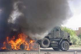 En tankbil ble stukket i brann ved Bagdad i dag tidlig. (Foto: A.Mohesin, AP)
