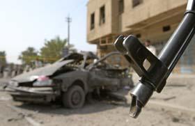 Slik så en av bilene i guvernørens kolonne ut etter angrepet., som Bagdads guvernør kom uskadd fra. (Foto: C. Aziz, Reuters)