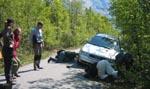 Alle studerer bilen i grøfta. Foto: NRK