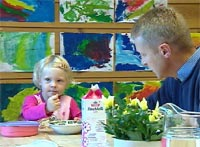 John Petter Hernes med på frokost i Mariaparken barnehage