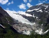 Bøyabreen er ein av side-armane til Jostedalsbreen. Det er ein bratt bre som flyttar seg ein til to meter fram per dag. Foto: NRK