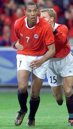John Carew ( foran) etter å ha scoret Norges utligningsmål mot Hviterussland i 2001. (Foto: Lise Åserud / SCANPIX)