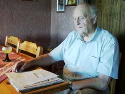 82 år gamle Kurt Hennestad er opprørt over omorganiseringa i Østre Toten kommune.