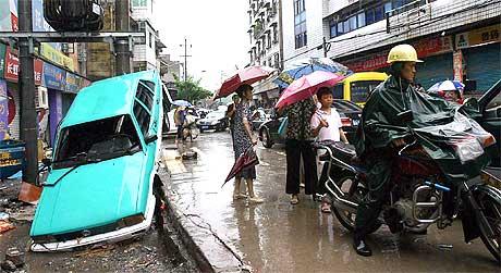 Folk i Kaixian i Kina inspiserer skadene.(Foto: AFP/Scanpix)