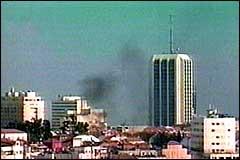 Røyk stiger opp fra åstedet. (Foto: Israelsk TV)