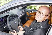Kjører man med vinduet oppe slik som Jan Erik gjør her fungerer bilen nesten som en fallskjerm, mener Anker-Goli. (Foto: NRK)
