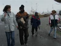 Hassan (i midten) i Botnhamn på Senja, stedet han ønsker å takke for protesene som hjelper ham å gå.