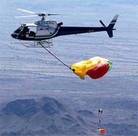 SLIK: Dette helikopteret skulle ha plukka opp kapselen medan den enno fall mot jorda. Slik vart det ikkje. (Foto: REUTERS/NASA/JPL/YPG)