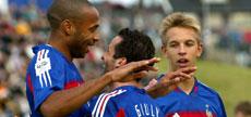Målscorer Ludovic Giuly blir gratulert av Thierry Henry (Foto: Scanpix)