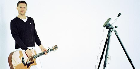 - Albumet heter Room Service fordi vi spilte inn store deler av albumet på utallige hotellrom og backstage etter konserter, men vi gjorde grunnarbeidet i Vancouver. Deler ble også spilt inn i Norge, sier Bryan Adams. Foto: Universal / SCANPIX.