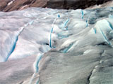 Nigardsbreen sprekk opp på sin veg nedover dalen. Desse sprekkane du ser her er typiske for breen når den knekk over ein kant. Foto: NRK
