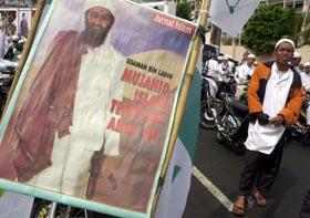 """""""Osama bin Laden - århundrets største islam-kriger"""", står det på denne plakaten til Islams forsvarsfront i Indonesia. (Foto: I.Ferdiansyah, AP)"""