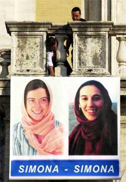 Bilder av Simona Torretta (t.v.) og Simona Pari er hengt opp på ei bru i Roma. (Foto: Scanpix / AP / Alessandra Tarantino)