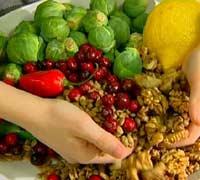 Fedon Lindberg ber oss spise mer «levende mat» som nøtter og grønnsaker. (Foto: NRK Puls)