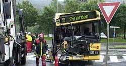 Bussen fikk store skader i kollisjonen. Foto: Alrik Velsvik, NRK