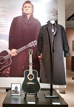 En JC-42JC Martin-gitar fra 1997 foran en plakat der han holder gitaren, og andre objekter går under hammeren på Sotheby's. Foto: Stephen Chernin / Getty Images / AFP PHOTO.